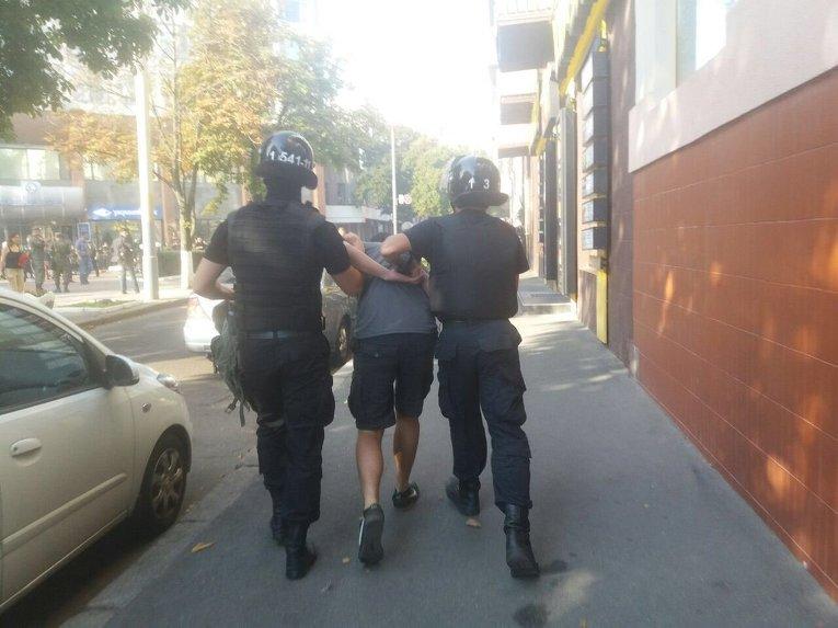 Разгон Азова под Киевгорстроем: в ход пошел слезоточивый газ