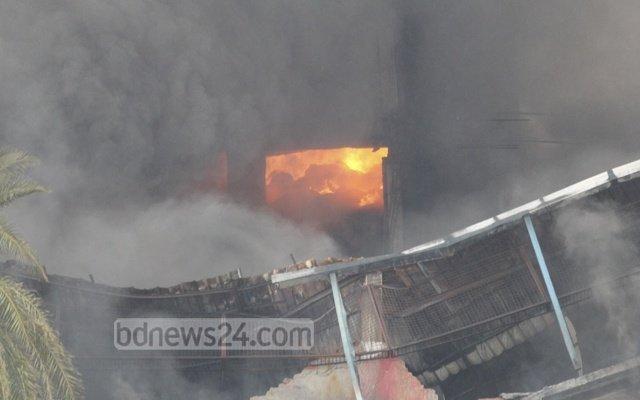 Тушение пожара на фабрике в Бангладеш