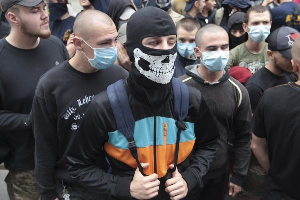 Как Азов вытаскивал своего задержанного активиста из зала суда