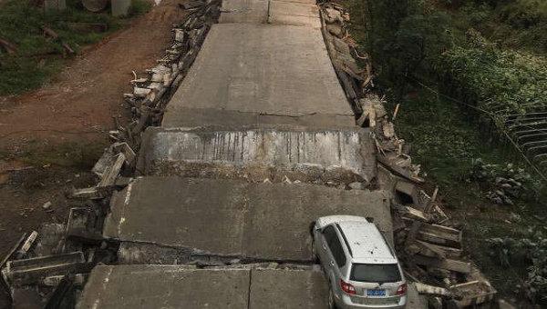 В КНР обвалился мост, под завалами автомобили