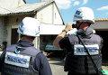 Представители ОБСЕ осматривают повреждения, нанесенные жилому дому в результате обстрела поселка Крутая балка