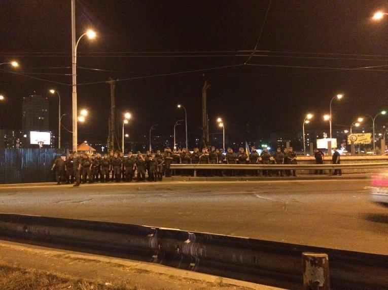 Бойцы Нацгвардии возле метро Героев Днепра в Киеве в ходе акции жителей против строительства ТРЦ