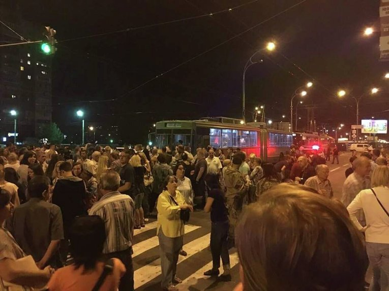 Акция жителей Киева против строительства ТРЦ над станцией метро Героев Днепра