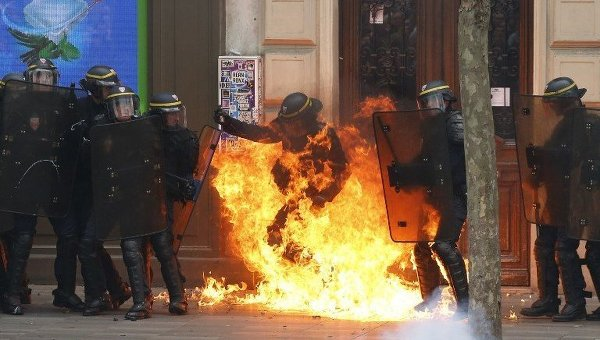 Полиция Франции во время столкновений на демонстрациях против спорных трудовых реформ правительства Франции в Париже