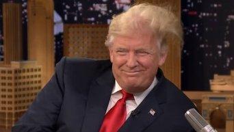 Ведущий телешоу в США взлохматил прическу Трампа. Видео