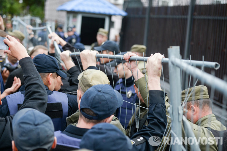 Столкновения под посольством РФ в Киеве