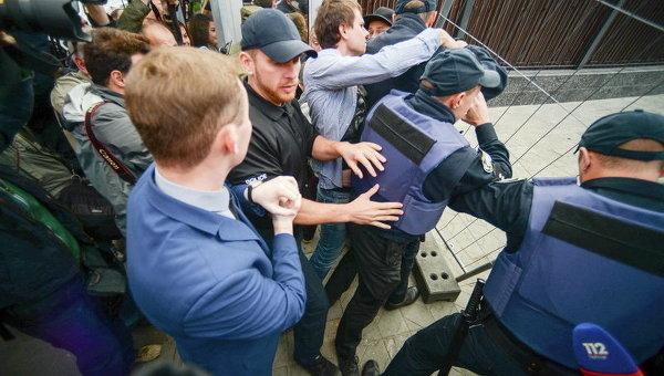 Украинские радикалы обстреляли посольство Российской Федерации вКиеве— Новая провокация