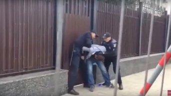 Полиция задерживает депутата под посольством России в Киеве