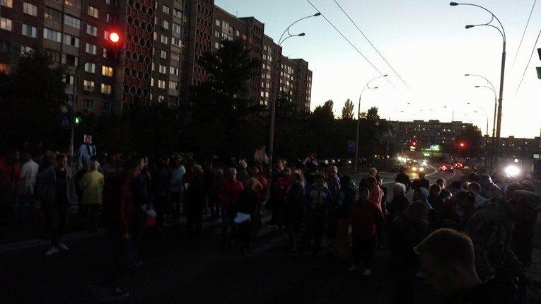 Перекрытая дорога в районе станции метро Героев Днепра вечером 19 сентября 2016 года
