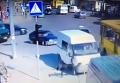 Сотрудник охранной фирмы перебегает дорогу в неположенном месте