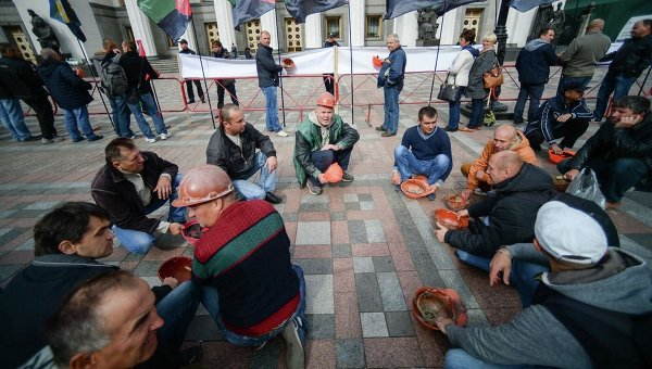 ВКиеве под окнами Рады митингуют шахтеры
