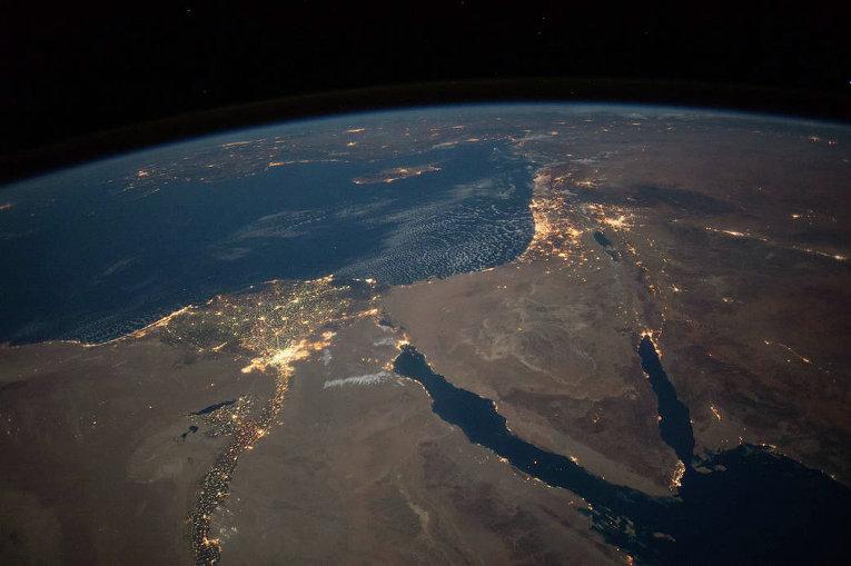 Вид из космоса на ночную Землю