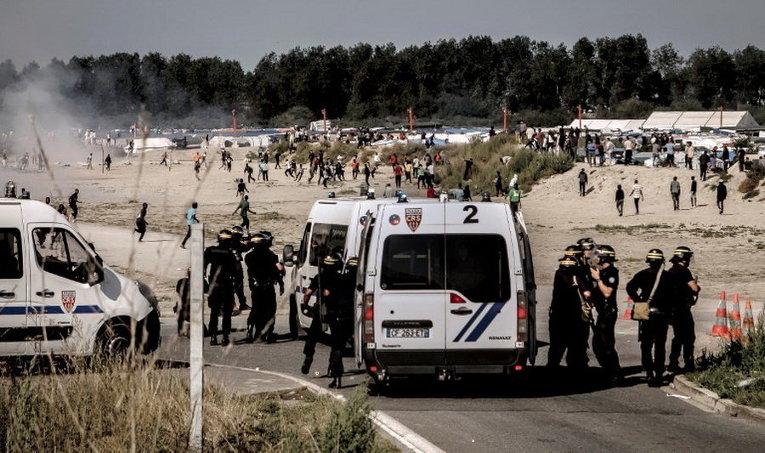 Полиция Франции в Кале разгоняет мигрантов, которые пытаются попасть в грузовики, направляющиеся в Великобританию