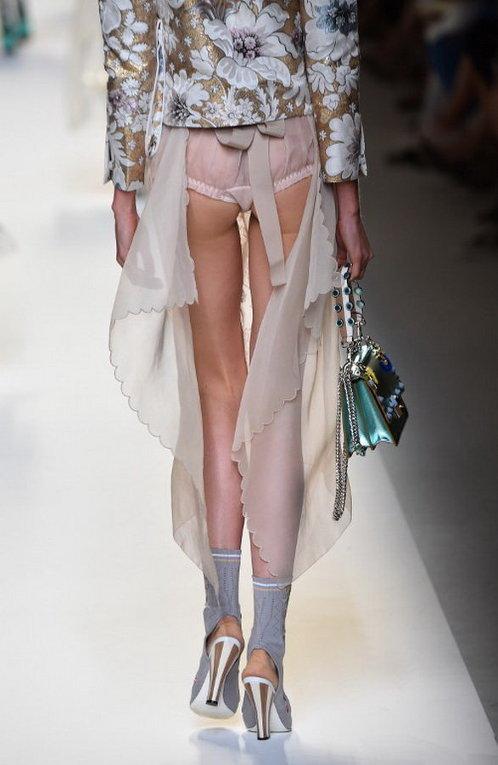 Модель представляет коллекцию 2017 года дома моды Fendi на Миланской неделе моды