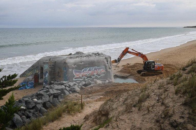 Снос бункеров на пляже Ла Конш, в Сен-Клеман-де-Бален, на Иль-де-Ре, у западного побережья Франции