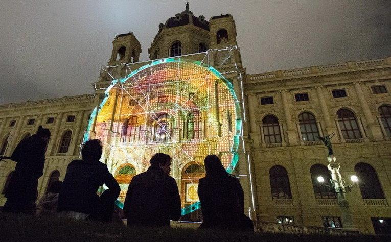 Световая инсталляция Бесконечный экран - Вавилонская башня на главном фасаде Художественно-исторического музея в Вене, Австрия