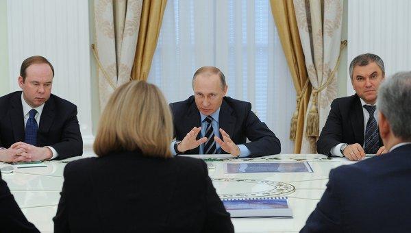 Владимир Путин (в центре).  Слева - Антон Вайно, справа - Вячеслав Володин