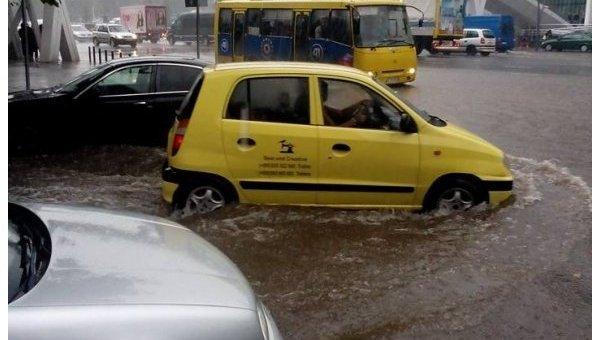 ВТбилиси проливной дождь затопил улицы