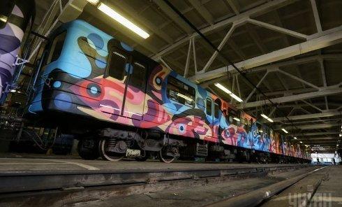 В киевском метро разрисовали поезд
