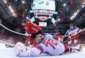 Игрок сборной Канады Сидни Кросби (слева) и вратарь сборной России Сергей Бобровский в матче 1/2 финала Кубка мира по хоккею