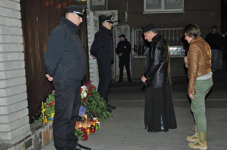 Убийство полицейских в Днепре: цветы на месте гибели