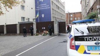 Цветы у здания Патрульной полиции в Днепре, где погибли полицейские