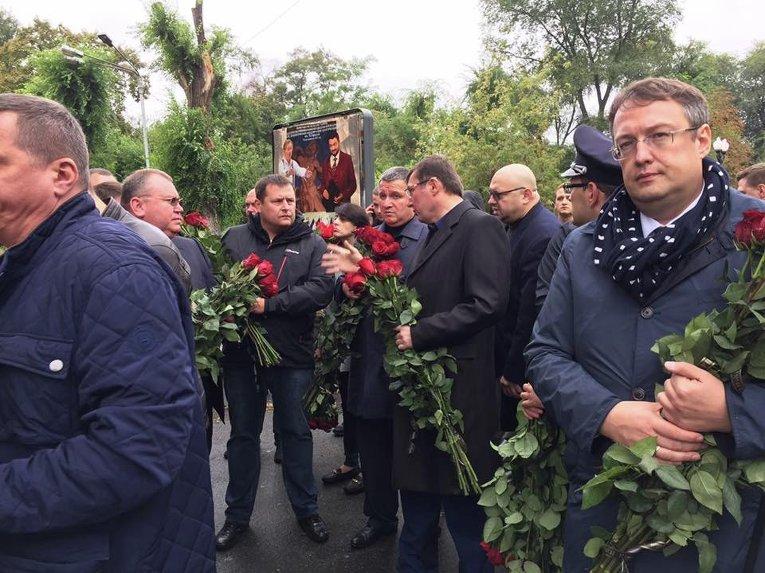 Борис Филатов, Арсен Аваков, Юрий Луценко и Антон Геращенко на церемонии прощания с убитыми полицейскими в Днепре
