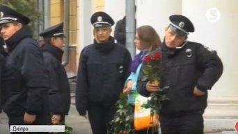 Жители Днепра сходятся во траурную церемонию прощания с патрульными
