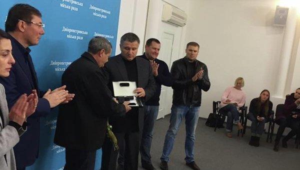 Арсен Аваков и Валерий Тимонин, который в воскресенье пытался задержать подозреваемого в убийстве патрульных Александра Пугачева