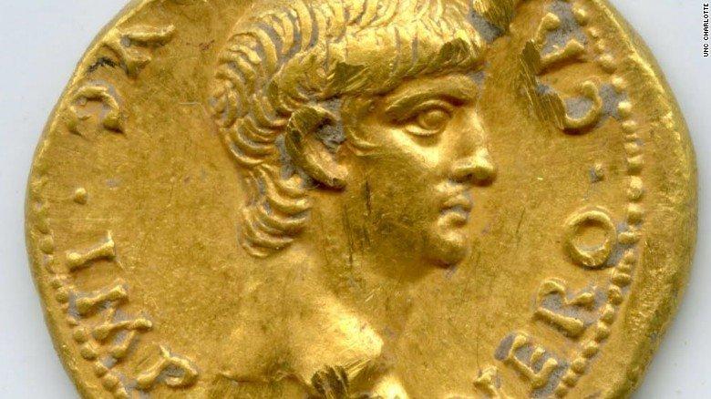 ВЯпонии вразрушенном замке обнаружены древние монеты