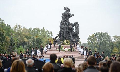 Возложение цветов к памятнику жертвам Бабьего Яра в Киеве