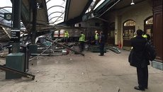 Пассажирский поезд врезался в платформу в Нью-Джерси