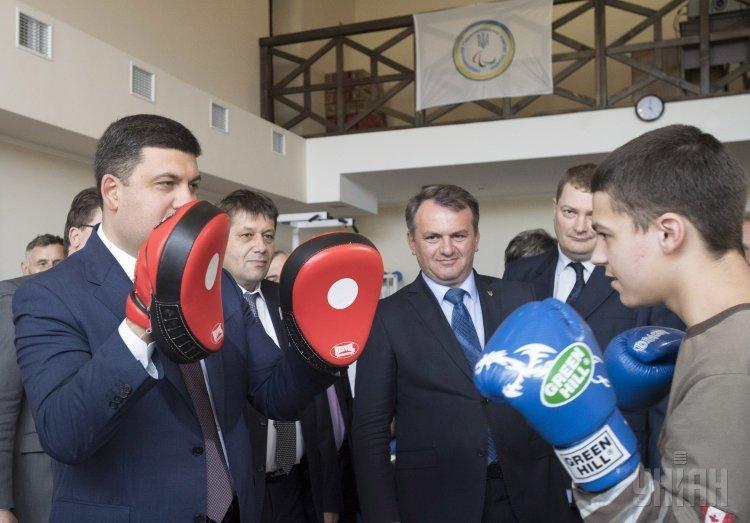Премьер-министр Украины Владимир Гройсман во время встречи с паралимпийцами в Западном реабилитационно-спортивном центре Национального комитета спорта инвалидов Украины во Львовской области.