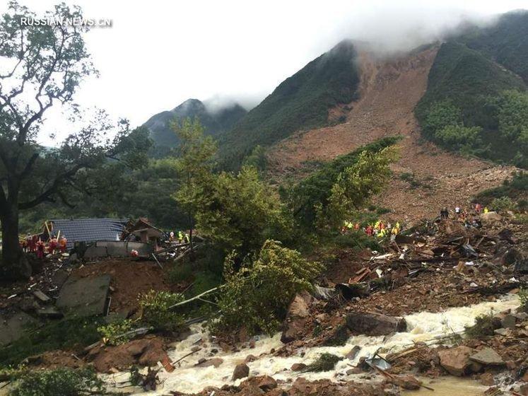 На востоке Китая в горном районе города Лишуй сошел масштабный оползень, в результате чего по меньшей мере четыре человека погибли.