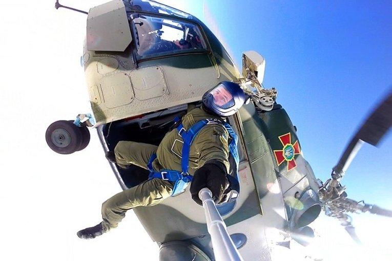 На базе Александрийского аэродрома военной части 2269 Национальной гвардии Украины подразделения специального назначения выполнили прыжки с парашютом на воду с высоты 800 и 2000 метров.