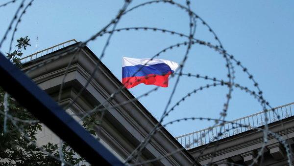 Флаг России на здании посольства РФ в Киеве