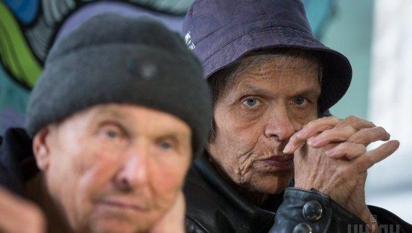 Люди в благотворительной столовой для малоимущих, пенсионеров и бездомных