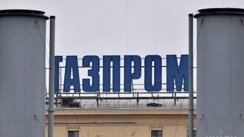 Рекламная вывеска с надписью Газпром на одном из зданий в Санкт-Петербурге