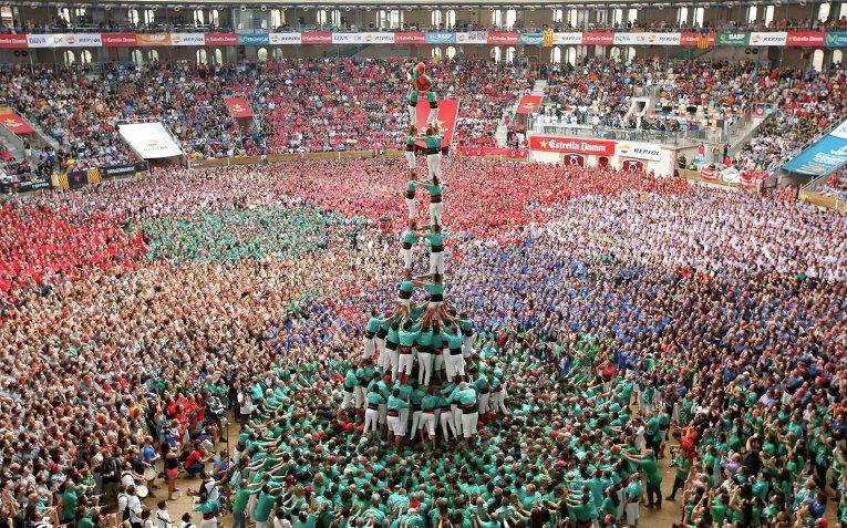 В Испании построили из людей живую башню высотой 10 этажей