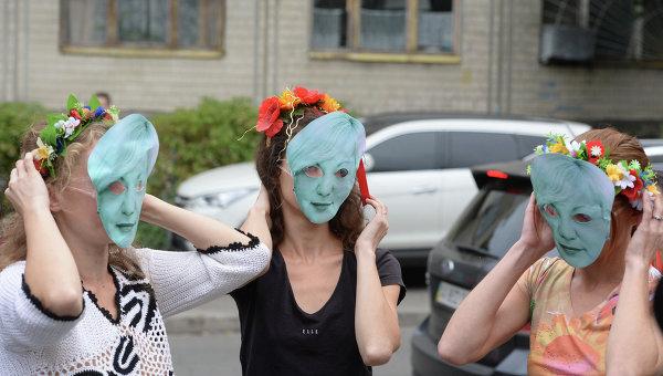 ВКиеве полуголые активистки Femen забросали посольство США долларами