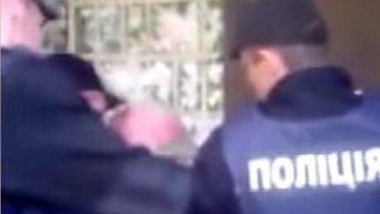 Жесткое задержание в Полтаве пожилого мужчины за незаконную торговлю
