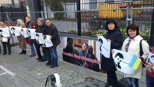 Акция в поддержку Романа Сущенко под посольством РФ в Киеве
