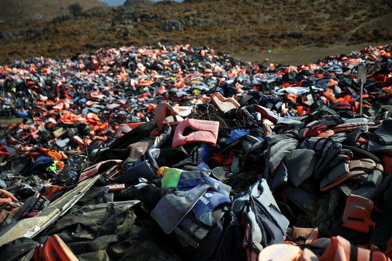 Мигранты оставили на греческом острове Лесбос сотни спасательных жилетов.