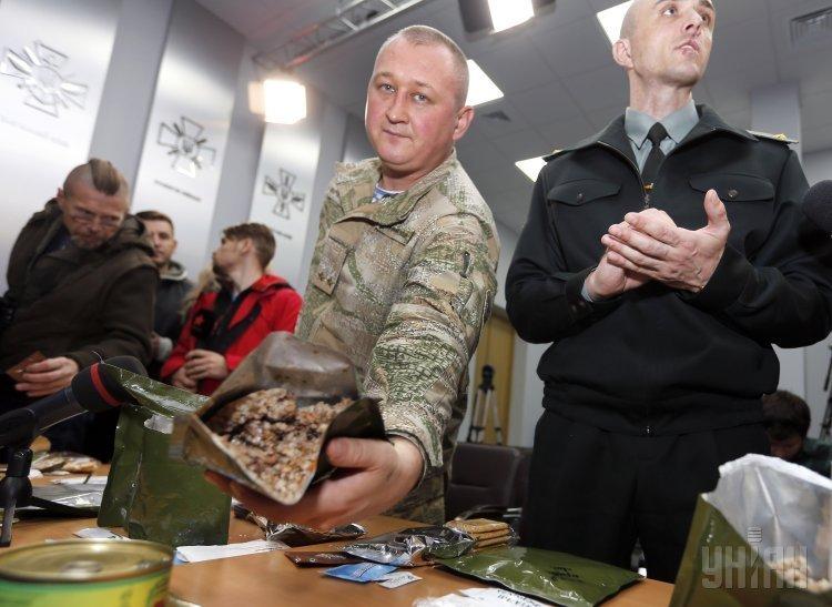 Презентация сухих пайков нового образца для украинских военнослужащих, во время брифинга, в Киеве