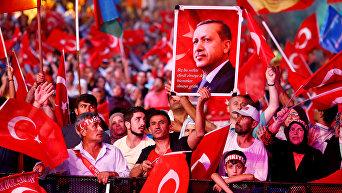 Сторонники президента Турции Реджепа Тайипа Эрдогана площади Таксим в Стамбуле.