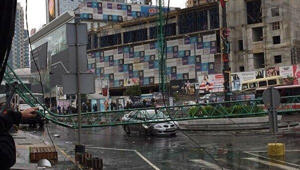ВОдессе строительный кран рухнул накрышу ресторана ираздавил автомобиль
