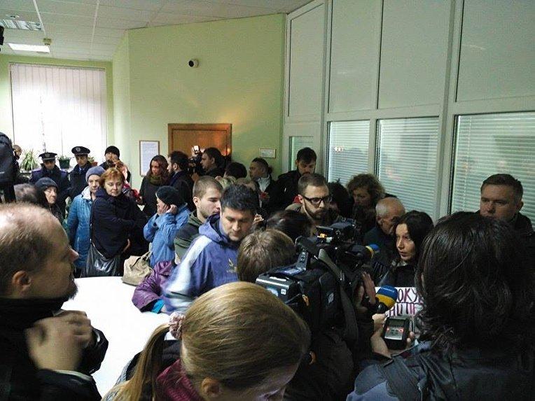 Противники строительства ТРЦ на Героев Днепра в Киеве с протестом в здании ГПУ