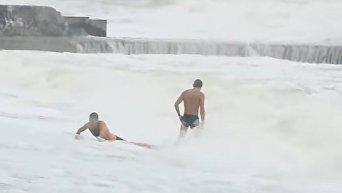 Купание в штормовом море в Одессе