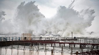 Одесский пляж в плену гигантских волн