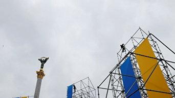 Установка сцены на Майдане Незалежности в Киеве к празднику